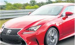 Lexus'tan bir sedan bir coupe